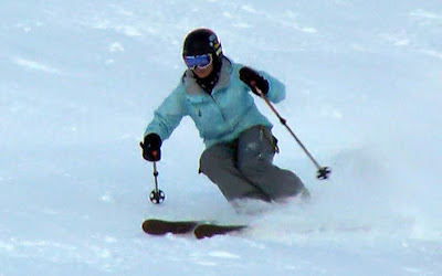 A strong core makes it easier to twist our thighs in skiing.