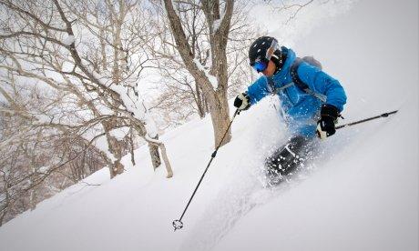 Twisting thighs to turn skis in powder